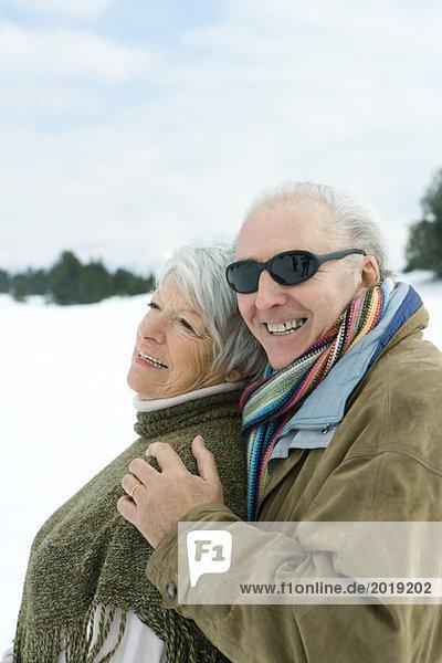 Seniorenpaar umarmend  lächelnd  im Freien  Portrait