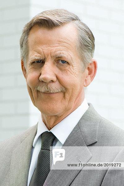 Älterer Mann lächelnd vor der Kamera  Porträt