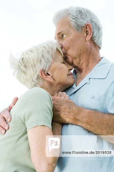Seniorenpaar Umarmung