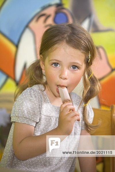 Kleines Mädchen isst ein Eis - Denkou - Lizenzfreies Bild