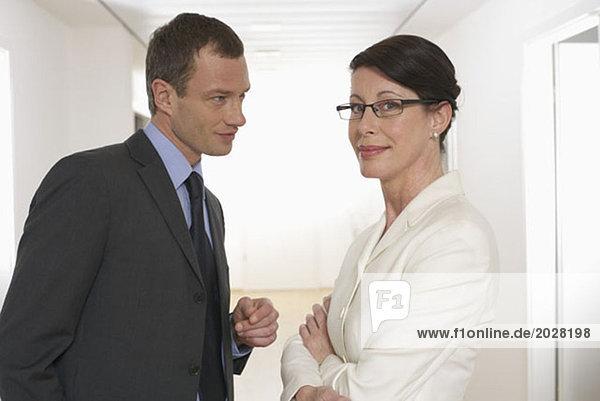 Zwei Personen beim vertraulichen Gespräch