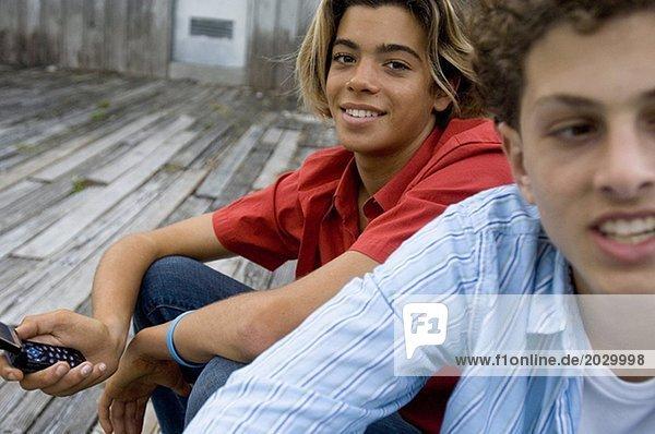 16-17-Jahre,Aussehendes fort,Beweglichkeit,Blick in die Kamera,Braunes Haar