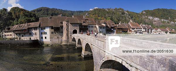 Europa Hügel fahren Wald Brücke fließen Fluss Holz Altstadt Kanton Jura Schweiz