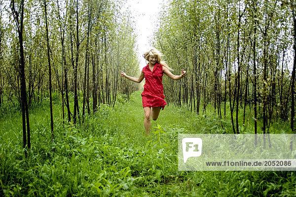 Junge Frau im Forrest ausgeführt
