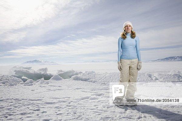 Eine Frau  die im Schnee steht.