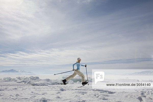 Eine Frau beim Schneeschuhlaufen