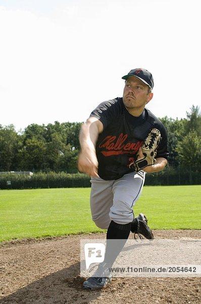Ein Baseballspieler  nachdem er einen Baseball geworfen hat.
