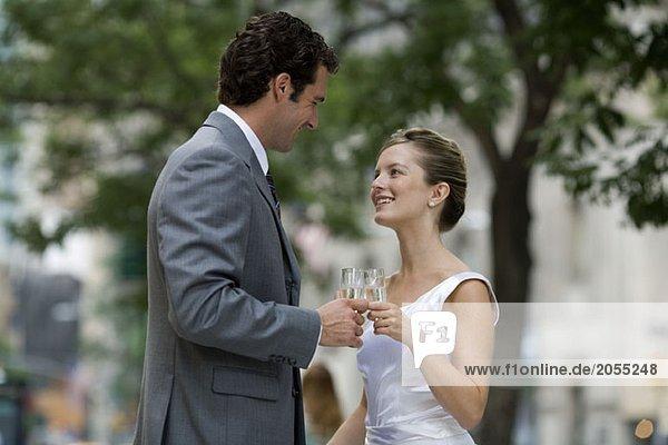 Ein Brautpaar beim Toasten