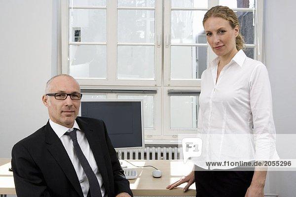 Kollegen  die in einem Büro arbeiten