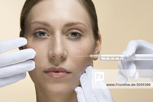 Eine Frau mit einer Kollageninjektion