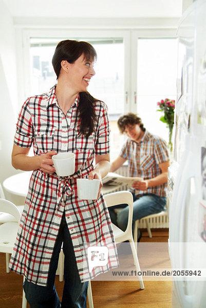 Frau entfernt Kaffeetassen
