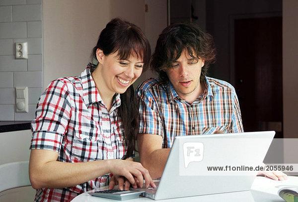 Paar vor dem Computer