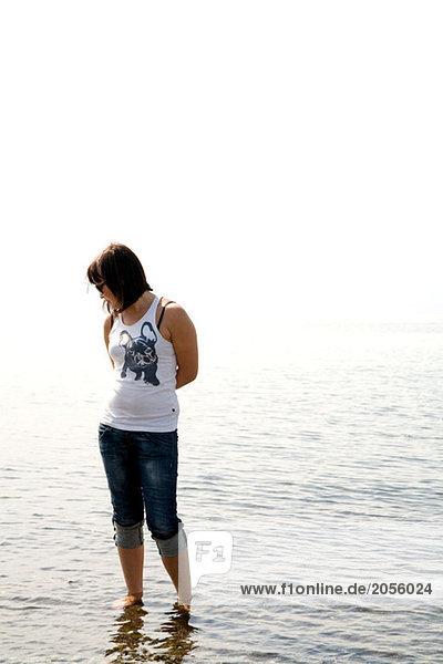 Junge Frau kühlt sich im Wasser ab