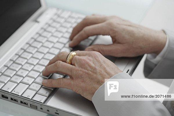 Eine Frau arbeitet auf dem Laptop