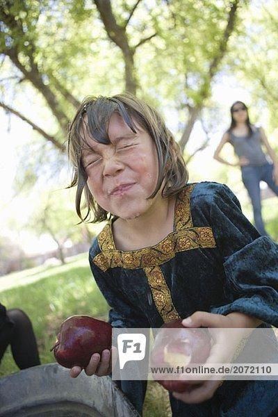 Ein kleines als Königin verkleidetes Mädchen auf einer Kinderparty