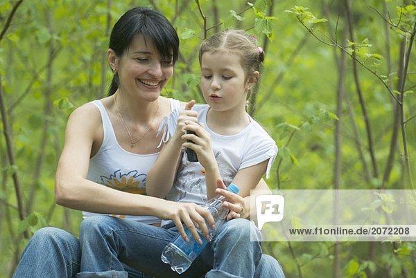 Eine Mutter und Tochter zusammen im Wald