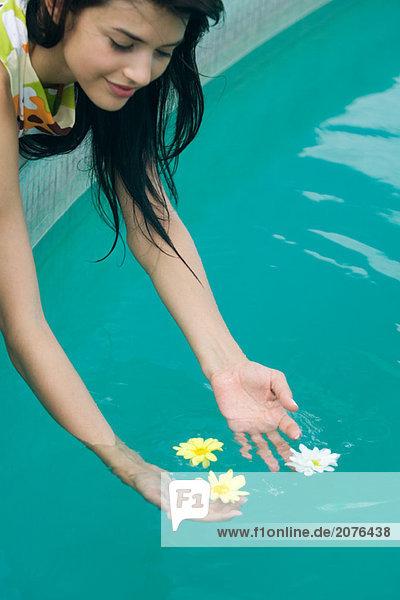 hoch oben angelehnt Frau Blume über fließen jung Schwimmbad
