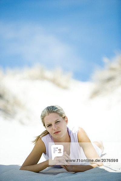 Junge Frau liegen am Strand