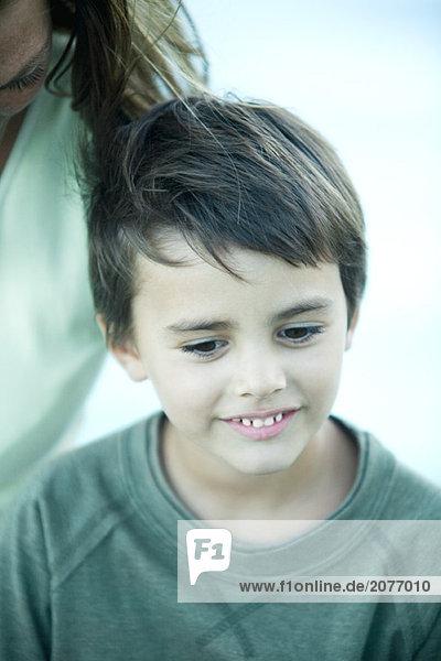 Junge mit Mutter  cropped  Porträt