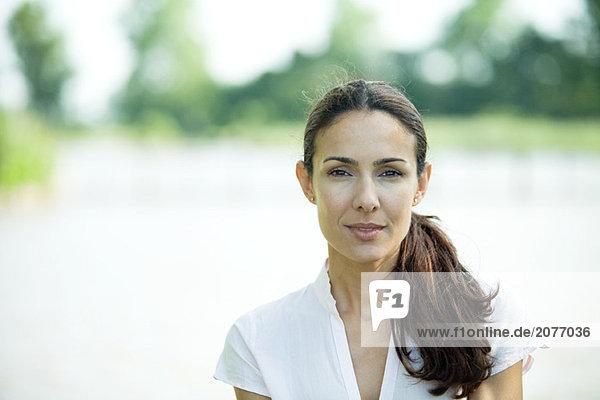 Frau im Freien  Lächeln in die Kamera  Kopf und Schultern