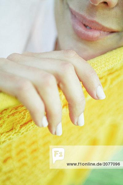 Frau ruhelosigkeit in Hängematte  Nahaufnahme des unteren Gesicht und der hand