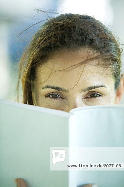 Frau Blick über Buch