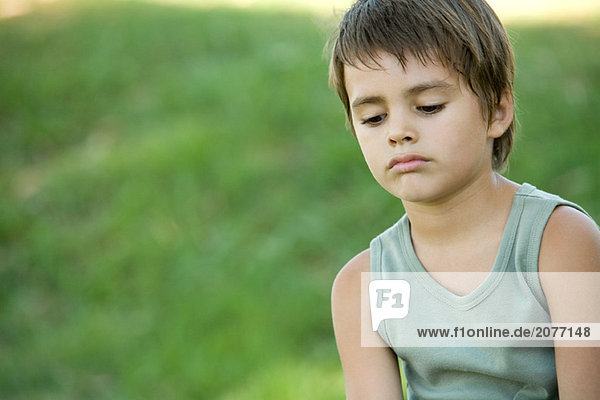 kleiner Junge im Freien  Blick nach unten