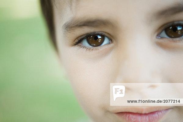 kleiner Junge Blick in die Kamera  abgeschnitten Blick auf Gesicht  Nahaufnahme