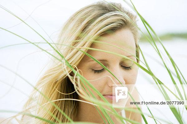 Frau Augen  gesehen durch Gras  Nahaufnahme