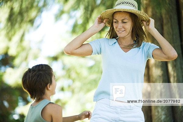 Mutter und Sohn  Frau auf Strohhut