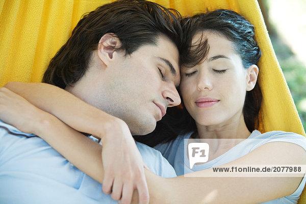 Paar liegen in der Hängematte zusammen  schlafend  Kopf und Schultern  Nahaufnahme