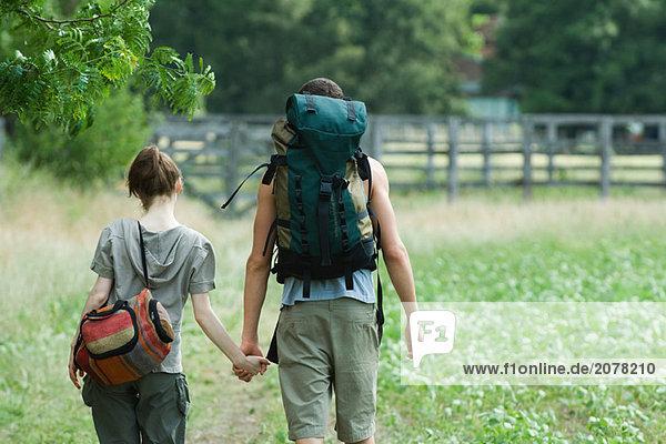 Junges paar gehen für Wanderung  Rückansicht