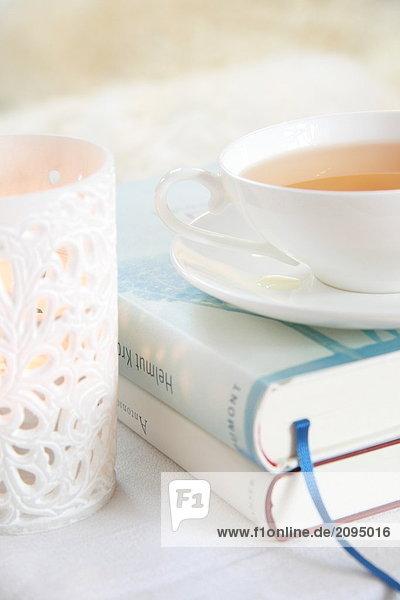 Nahaufnahme der Kräuter Tee auf Bücher