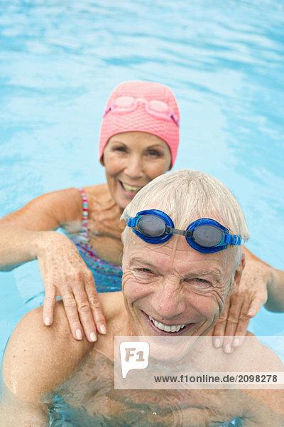 Deutschland  Seniorenpaar im Schwimmbad