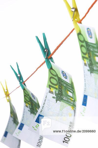 Hundert Euro-Scheine auf der Wäscheleine  Nahaufnahme