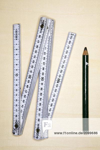 Zollstock und Bleistift  Nahaufnahme