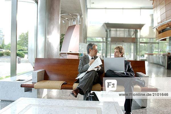 Zwei Geschäftsleute diskutieren miteinander