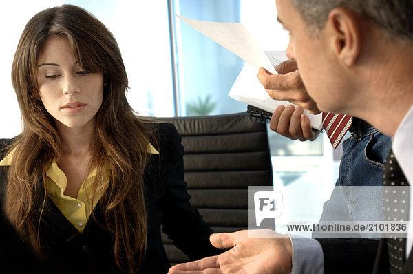 Geschäftsmann im Gespräch mit Kollegen im Amt