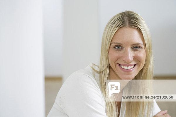 Junge Frau lächelt in die Kamera  fully_released