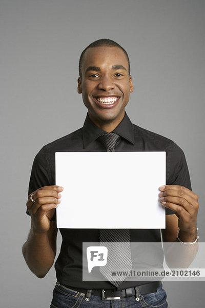 Geschäftsmann hält ein leeres Schild in die Kamera  fully_released