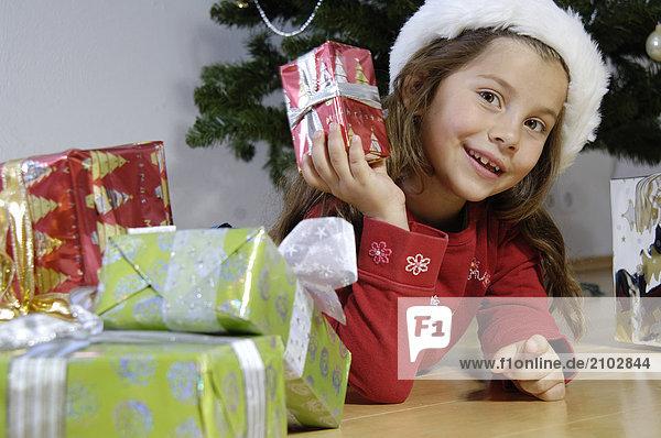 Portrait lächeln halten Mädchen Weihnachtsgeschenk