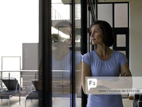 Frau sehen Fenster blättern