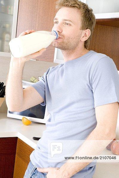 Mann Küche trinken Milch