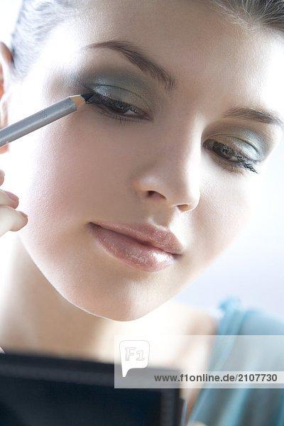 junge Frau mit eyeliner
