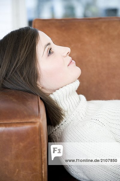 Frau auf Sofa liegend