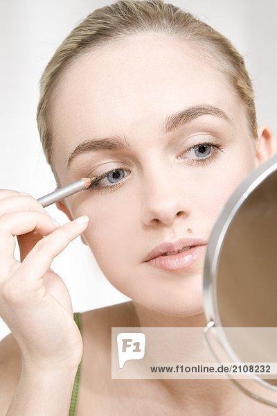 junge Frau auf eyeliner