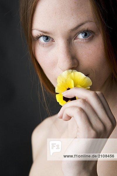 junge Wman riechen die Blume junge Wman riechen die Blume