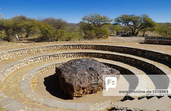 Rock in der Mitte des kreisförmigen Schritte  Namibia