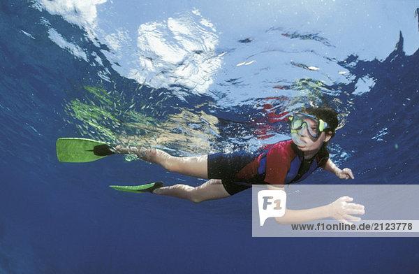 Taucherin unter Wasser
