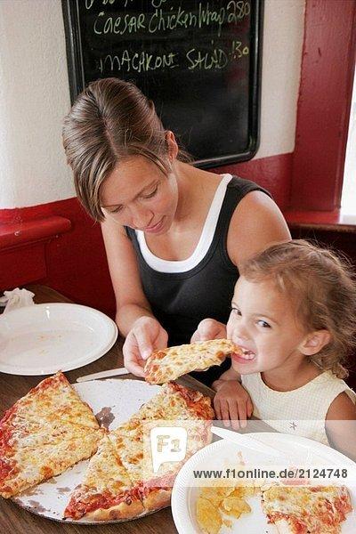 Cook´s Pizza  Mutter  Mädchen  Scheibe  Speisen. Elkhart Street. Wakarusa. Indiana. USA.